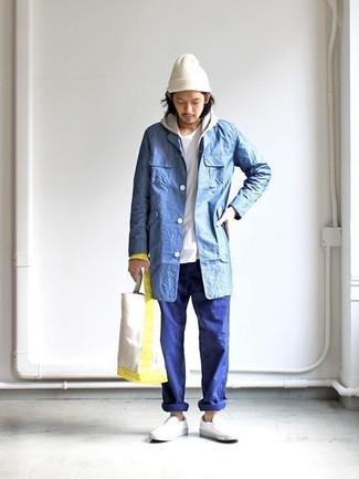 Cómo combinar: chubasquero azul, sudadera con capucha gris, camiseta con cuello circular blanca, pantalón chino azul
