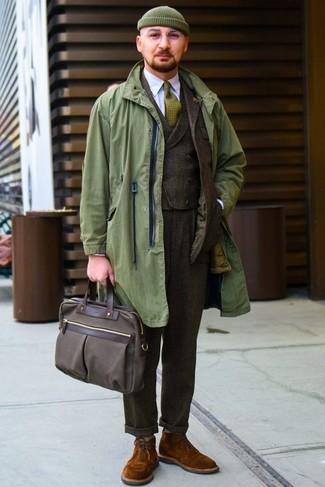 Cómo combinar: chubasquero verde oliva, traje de lana en marrón oscuro, chaleco de vestir de lana en marrón oscuro, camisa de vestir blanca