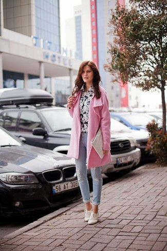 Marry a rose pink coat with light blue skinny jeans for a glam and trendy getup. Choose a pair of sneakers to loosen things up. An outfit like this is ideal for transeasonal weather.