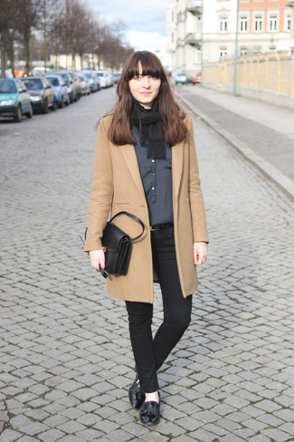 Black Scarf Outfits For Women: Why not make a camel coat and a black scarf your outfit choice? As well as super comfy, both of these pieces look wonderful when worn together. Introduce black leather loafers to this look to immediately kick up the fashion factor of your ensemble.