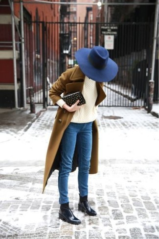 How to wear: brown coat, beige cable sweater, blue skinny jeans, black leather chelsea boots