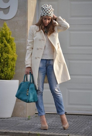 Make a nude crew-neck pullover and blue boyfriend jeans your outfit choice for a glam and trendy getup. Dress up this look with beige leather pumps.