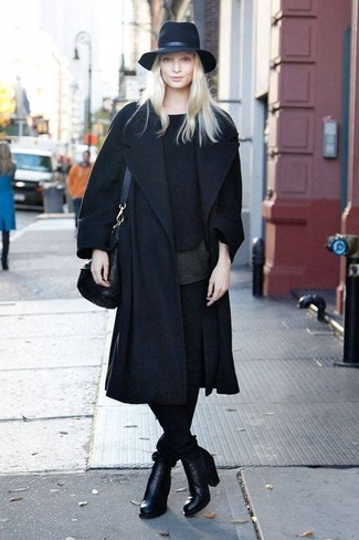 How to Wear a Black Crew-neck Sweater In Your 30s For Women: This pairing of a black crew-neck sweater and black skinny pants is an excellent idea for off duty. You can get a little creative with shoes and slip into a pair of black leather ankle boots.