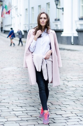 How to wear: pink coat, beige crew-neck sweater, white dress shirt, navy skinny jeans
