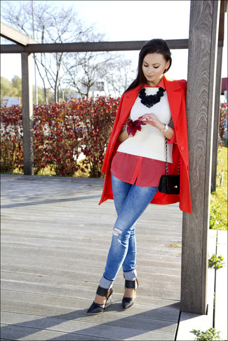 This combo of a red coat and blue destroyed skinny jeans is a safe bet for an effortlessly cool look. Finish off your look with black leather pumps.
