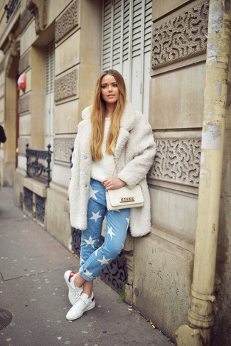 How to wear: white fleece coat, beige fluffy crew-neck sweater, light blue star print jeans, white leather low top sneakers