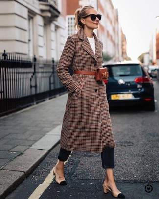 How to Wear a Brown Plaid Coat For Women: On days when comfort is essential, make a brown plaid coat and black jeans your outfit choice. Beige suede pumps will take this look in a dressier direction.