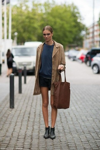 A brown coat and black shorts are absolute must-haves if you're crafting an off-duty wardrobe that holds to the highest style standards. Opt for a pair of black leather chelsea boots to have some fun with things. Needless to say, it's easier to work through a super hot afternoon in a breezy outfit like this one.
