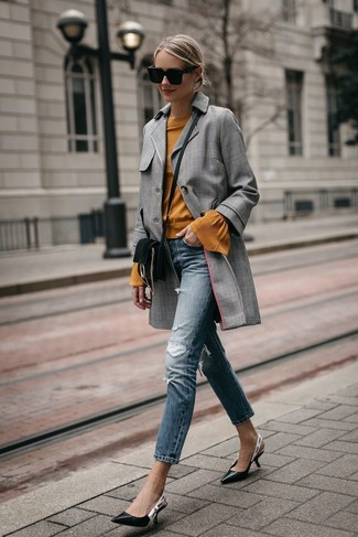 How to Wear a Brown Crew-neck Sweater In Your 20s For Women: A brown crew-neck sweater and blue ripped skinny jeans are a good combination to add to your casual arsenal. Clueless about how to finish? Complete this outfit with a pair of black leather pumps to kick up the wow factor.