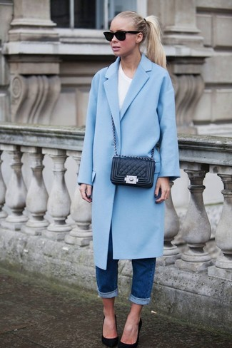 Consider pairing a light blue coat with dark blue boyfriend jeans and you'll look like a total babe. Why not introduce black suede pumps to the mix for an added touch of style?