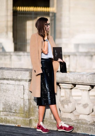 A big thumbs up to this combination of a camel coat and a black leather midi skirt! Why not add burgundy athletic shoes to the equation for a more relaxed feel? This ensemble is a pretty nice choice, especially for fall, when the mercury is dropping.