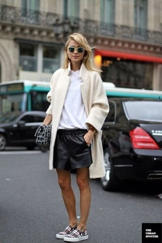 How to wear: beige fleece coat, white crew-neck t-shirt, black leather shorts, grey plaid slip-on sneakers