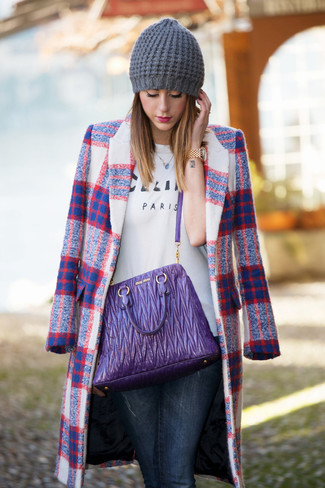 How to wear: white plaid coat, white print crew-neck t-shirt, navy skinny jeans, violet leather tote bag