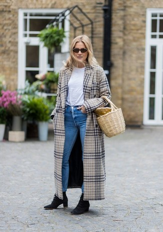 How to wear: beige plaid coat, white crew-neck t-shirt, blue skinny jeans, black suede lace-up ankle boots