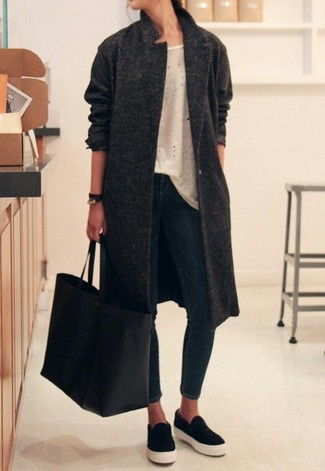 How to wear: charcoal coat, beige crew-neck t-shirt, navy skinny jeans, black slip-on sneakers