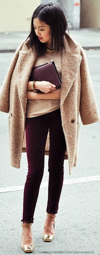 This pairing of a camel coat and burgundy skinny jeans is the ideal balance between fun and totally stylish. When it comes to footwear, this outfit is complemented wonderfully with tan leather pumps.