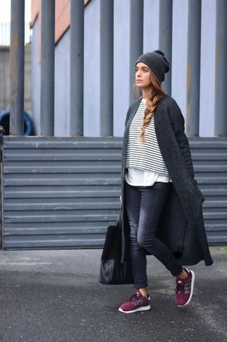 A charcoal coat with black ripped skinny jeans has become an essential combination for many style-conscious girls. A pair of burgundy athletic shoes will be a welcome addition to your look. Can you see how very easy it is to look beyond chic and stay comfy come fall, all thanks to ensembles like this?