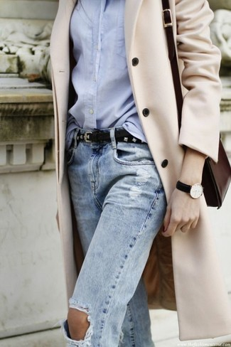 How to Wear a Belt For Women: One of our favorite ways to style out a beige coat is to combine it with a belt for a laid-back look.