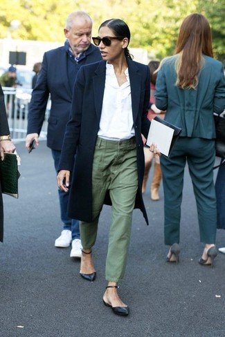 Stand out among other stylish civilians in a navy coat and cargo pants. A pair of black leather ballerina shoes brings the dressed-down touch to the ensemble. This outfit is absolutely great to welcome the springtime.