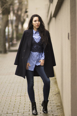 This combination of a black lace cropped top and navy skinny jeans is perfect for off-duty occasions. Finish off your look with black leather ankle boots.