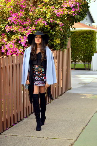This combo of a light blue coat and a black scarf embodies elegance and refined comfort. A pair of black suede over the knee boots will integrate smoothly within a variety of ensembles. As the weather begins to warm up again, it's time to get rid of those heavy winter gear and choose a look that's lighter, like this one here.