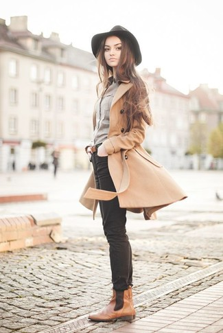 Go for a khaki coat and black skinny jeans for an effortless kind of elegance. Break up your look with more casual footwear, like this pair of brown leather chelsea boots. You can be sure this getup is perfect for fluctuating autumn weather.