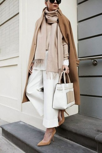 Camel Coat with Wide Leg Pants Outfits: When the situation calls for a classy yet killer outfit, make a camel coat and wide leg pants your outfit choice. Complete your look with tan suede pumps et voila, the look is complete.