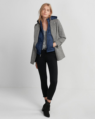 If you're a fan of relaxed dressing when it comes to fashion, you'll love this stylish pairing of a gilet and black skinny jeans. Bump up the cool of your getup by completing it with black suede ankle boots. Loving how this getup brings you into fall mode in next to no time.