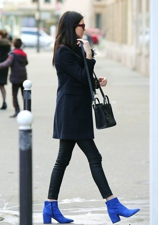 A dark blue coat and black leather leggings is a savvy combination to impress your crush on a date night. A cool pair of blue suede ankle boots is an easy way to upgrade your look.
