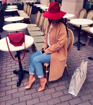 A tan coat and blue jeans is a smart combination worth integrating into your wardrobe. Camel leather pumps are a wonderful choice to complete the look.