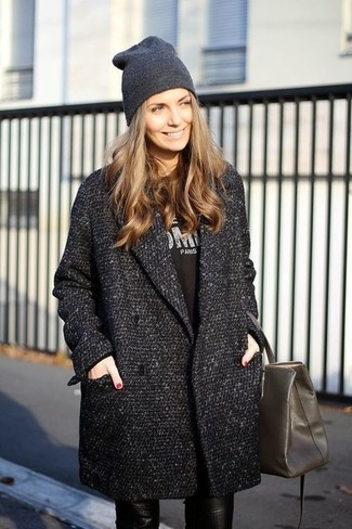 Black Long Sleeve T-shirt Outfits For Women: You'll be amazed at how very easy it is to put together this laid-back look. Just a black long sleeve t-shirt and black leather skinny pants.