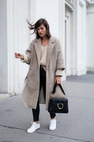 How to wear: beige coat, beige knit oversized sweater, black skinny jeans, white leather low top sneakers