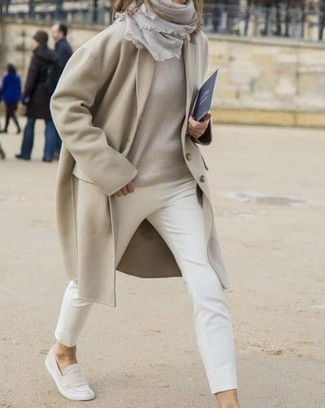 How to Wear White Skinny Pants: Consider pairing a beige coat with white skinny pants to create an interesting and modern-looking outfit. A pair of beige suede loafers is a good choice to complement your outfit.