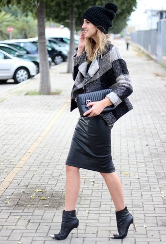 A grey gingham coat and a black hat is a good combo to add to your styling repertoire. For footwear, grab a pair of black leather ankle boots. This one is is a good choice when it comes to putting together a standout outfit for summer-to-fall weather.