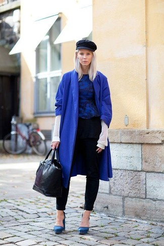 The combination of a blue coat and black slim trousers makes this a really well-executed ensemble. Blue suede pumps are a smart choice to complement the look. We're loving how this combination brings you into fall mode in no time flat.