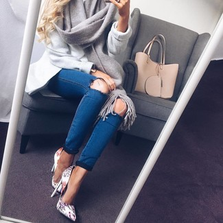 A grey coat and blue distressed skinny jeans are both versatile essentials that will give your outfits a subtle modification. Let's make a bit more effort now and throw in a pair of white graphic leather pumps. So so as you can see, it's a knockout, not to mention season-appropriate, combo to keep in your seasonal wardrobe.