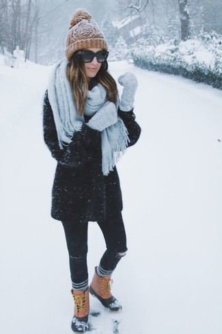 How to Wear Tan Snow Boots For Women: A black coat and black ripped skinny jeans are absolute staples that will integrate really well within your casual styling arsenal. Does this look feel too polished? Let tan snow boots switch things up.