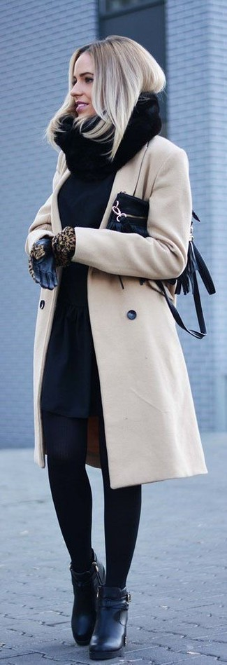 Try teaming a camel coat with gloves to feel confidently and look fashionably. Complement this ensemble with black leather ankle boots. A knockout outfit that transitions easily into fall like this one makes it super easy to welcome the new season.