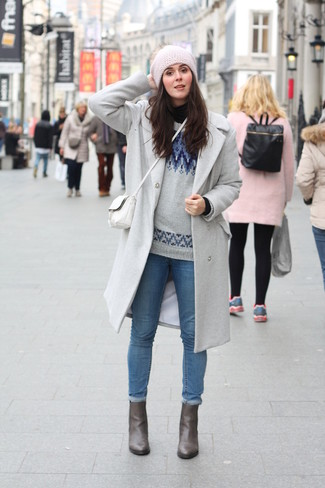 Pairing a grey coat with blue skinny jeans is a comfortable option for running errands in the city. When it comes to shoes, this look pairs nicely with grey leather ankle boots. As you can see here, this look is cute and will keep you from freezing.