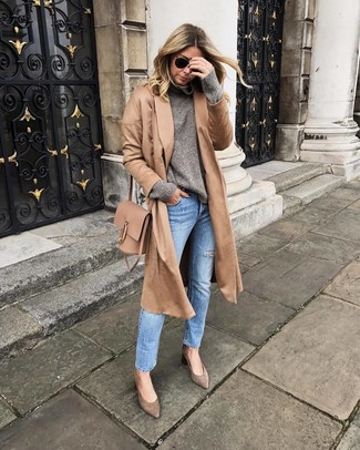 For functionality without the need to sacrifice on style, we love this combination of a grey wool turtleneck and light blue jeans. A pair of brown suede pumps fits right in here. This is a fail-safe option for a comfortable transition outfit.