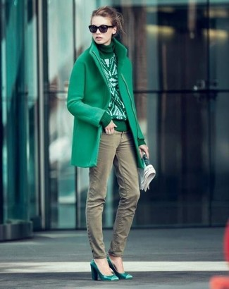 A green coat and olive skinny jeans is a nice combination to impress your crush on a date night. A pair of hunter green leather pumps will integrate smoothly within a variety of combos. If you feel uninspired by your transitional season fashion options, this getup just might be the inspo you need.