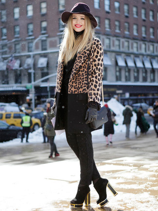 This pairing of a brown leopard coat and black leather gloves is a safe bet for an effortlessly cool look. Black suede ankle boots are a nice choice to round off the look. Keep the autumn blues at bay in a neat getup like this one.