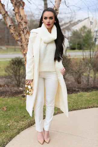 How to Wear White Skinny Pants: This pairing of a beige coat and white skinny pants is super easy to pull together without a second thought, helping you look amazing and ready for anything without spending a ton of time rummaging through your wardrobe. A pair of beige leather pumps is a smart idea to round off this look.