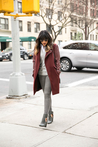 This combo of a dark red coat and grey jeans will attract attention for all the right reasons. This outfit is complemented perfectly with grey leather booties.
