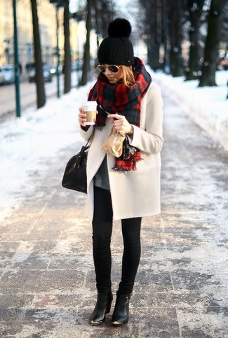 A beige coat and black skinny jeans is a nice combination to carry you throughout the day. Round off this look with black leather booties.