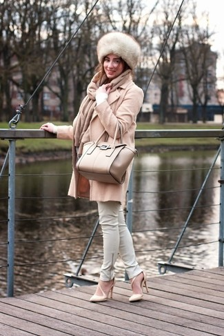 This combination of a beige coat and white leather slim pants oozes refined elegance. Complement this look with beige leather pumps.