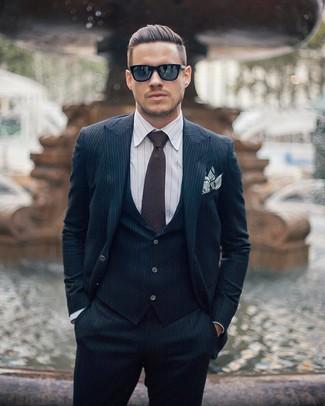 Tenue: Complet à rayures verticales bleu marine, Chemise de ville à rayures verticales blanche, Cravate marron foncé, Pochette de costume à rayures horizontales blanche