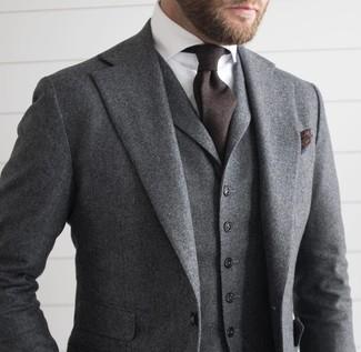 Tenue: Complet en laine gris, Chemise de ville blanche, Cravate marron foncé, Pochette de costume marron foncé