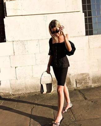 Cómo combinar: corsé negro, mallas ciclistas negras, chinelas de cuero negras, bolso de hombre de cuero en beige