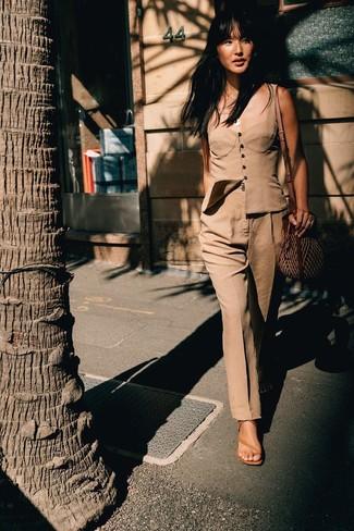 Cómo combinar: corsé marrón claro, pantalón de vestir marrón claro, sandalias de tacón de cuero marrón claro, bolso bandolera de paja marrón